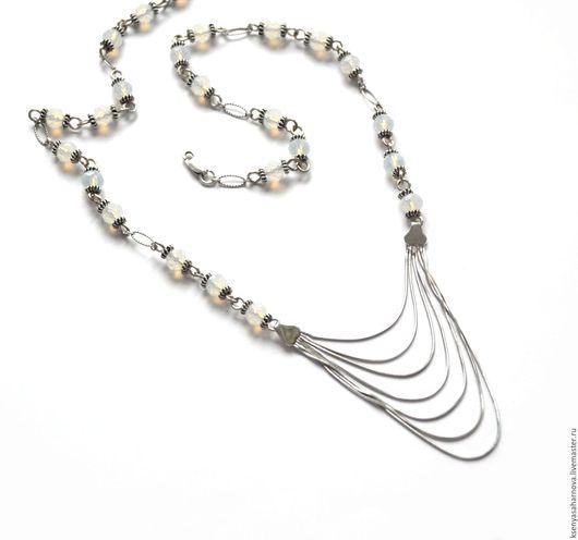 Серебряное изящное колье Лунные качели. Натуральный лунный камень с огранкой, играющий на свету, в окружении маленьких бусин Бали из серебра 925 пробы. Акцент - качели из тонких серебряных цепочек.