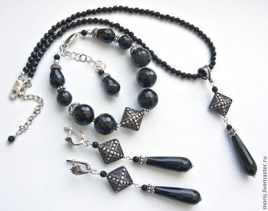 Серебряный комплект украшений из черных камней. Браслет и серьги из серебра и черных камней. Серьги и браслет из натуральных камней и серебра. Чокер браслет и серьги из черного оникса и серебра.