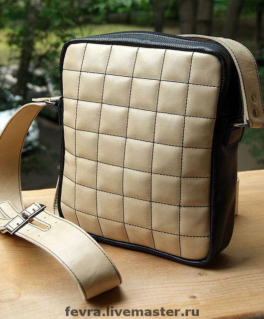 Эта сумочка с черной отделкой есть в наличии.
