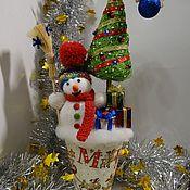 Подарки к праздникам ручной работы. Ярмарка Мастеров - ручная работа Новогодняя композиция Снеговик с подарками. Handmade.