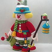 Подарки к праздникам ручной работы. Ярмарка Мастеров - ручная работа Вязаный клоун с Новогодними подарками и поздравлениями. Handmade.