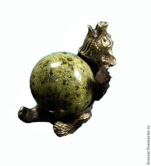 Подарочные наборы ручной работы. Ярмарка Мастеров - ручная работа. Купить Медведь сидит из бронзы с шаром из змеевика. Handmade. Разноцветный