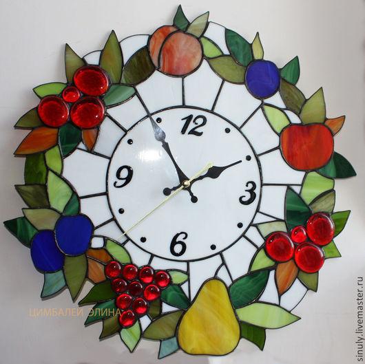 """Часы для дома ручной работы. Ярмарка Мастеров - ручная работа. Купить Витражные часы""""Фруктовый венок"""". Handmade. Часы, ягоды, олово"""