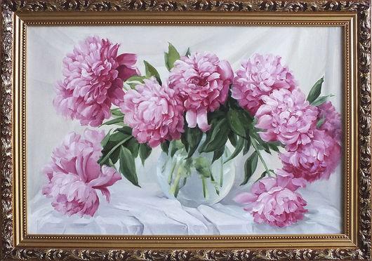 Запах розовых пионов наполнил комнату свежим весенним настроением. Круглая прозрачная ваза с чистой водой на белых драпировках тоже создает настроение легкости и праздника.