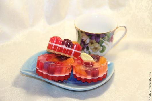 Персональные подарки ручной работы. Ярмарка Мастеров - ручная работа. Купить желейно-ягодное пирожное мыло ручной работы. Handmade.