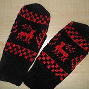 Аксессуары ручной работы. Ярмарка Мастеров - ручная работа Варежки с оленями красное на черном. Handmade.