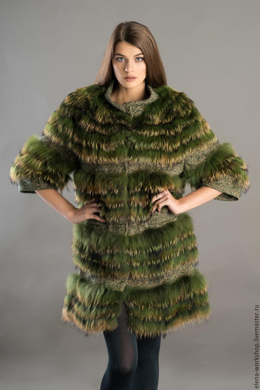 Пальто настрочное: мех енота, основа - валяная шерсть. Цвет - зелёный. Длина - 90 см. Рукав 3/4. Воротник - стойка из основной ткани. Подклад - вискоза. Застёжка на кнопки. РАЗМЕР: 44-48