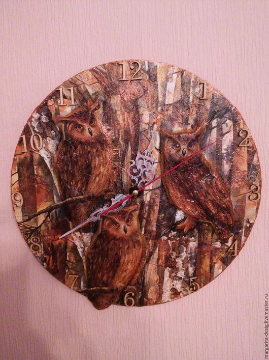 часы настенные Совушки лесные сделаны из фанеры толщиной 5мм диаметр 30см.выполнены в технике объёмного дэ купажа батарейка входит в комплект к часам автор Веденеева Маргарита