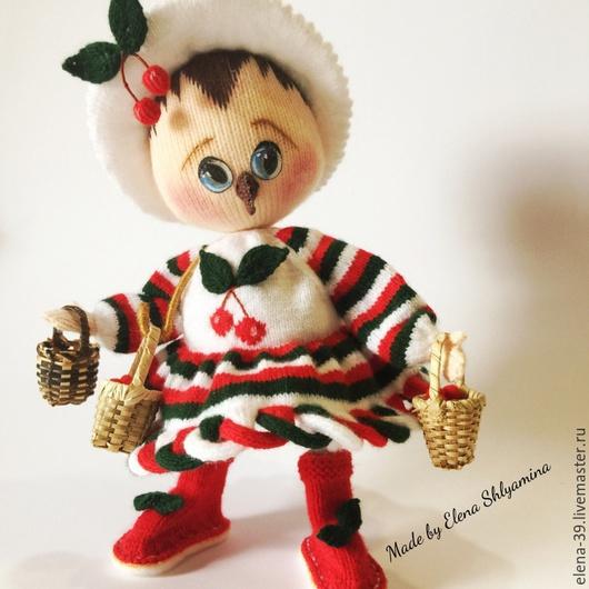 """Человечки ручной работы. Ярмарка Мастеров - ручная работа. Купить """"По ягоды."""" Авторская вязаная каркасная кукла.. Handmade."""