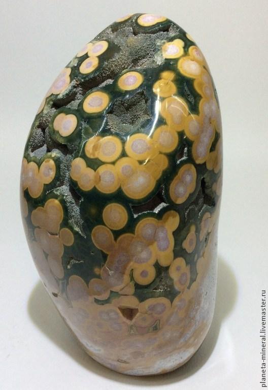 Интересный экземпляр океанической яшмы небольшого размера. Уникальный коллекционный камень прекрасно впишется в любой интерьер, даже в квартирку самого небольшого размера. Причудливый рисунок такого коллекционного минерала удивит любого, даже самого привередливого ценителя коллекционных камней и минералов. За счет своего небольшого размера удачно впишется и в офисный интерьер.