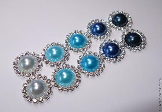 Украшение с жемчугом и стразами. Пять оттенков синего:    светло-голубой,  небесно-голубой,  голубой,  синий и темно-синий.