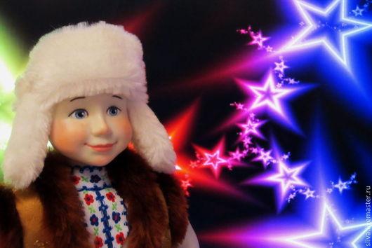 Кукла ручной работы Васенька - сельский мальчик в лаптях и обмотках. В белой меховой шапке-ушанке. Широко раскрытые детские глаза, легкая улыбка, делают мальчугана славным и милым.