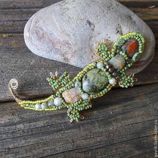 Изящная брошь ручной работы из бисера и камней в форме ящерицы. \r\nМилый подарок любительнице природы.