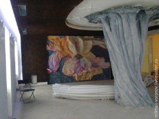 Декоративная световая инсталляция в интерьере домашнего кинозала в коттедже на Новой Риге `Цветок`. Вид в перспективе комнаты.