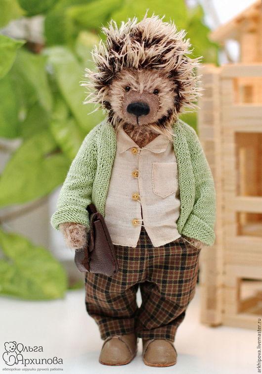 Ёж - друг мишек тедди авторская игрушка. Ежик в одежде: в штанишках, в ботиночках, в рубашке, в вязаной кофте.