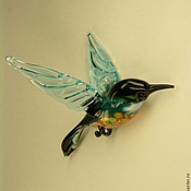 Подарки к праздникам ручной работы. Ярмарка Мастеров - ручная работа Подвесная фигурка  из цветного стекла Птица Малиновка Vaarika. Handmade.