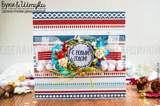 Яркая и невероятно позитивная открытка `Венок и цветы` - самый настоящий символ новогоднего настроения!