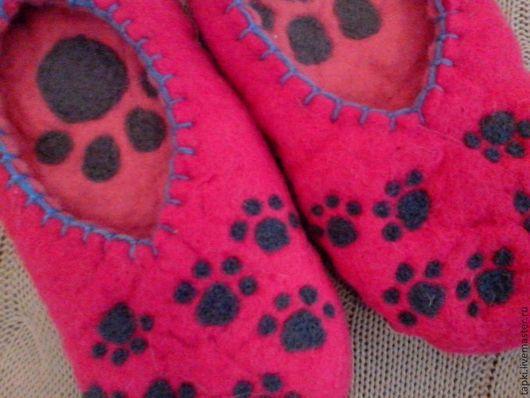 Обувь ручной работы. Ярмарка Мастеров - ручная работа. Купить Домашние тапочки из войлока Лапки. Handmade. Фуксия, тапки валяные