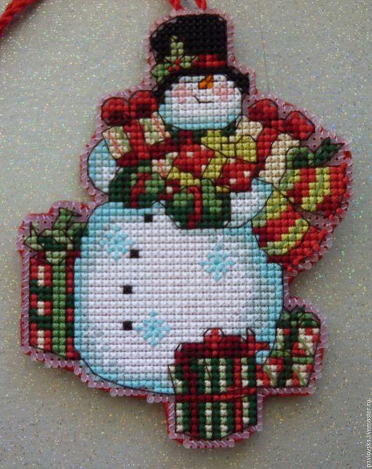 """Новый год 2017 ручной работы. Ярмарка Мастеров - ручная работа. Купить Елочная вышитая игрушка """"Снеговик"""". Handmade. Комбинированный"""