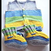 Одежда ручной работы. Ярмарка Мастеров - ручная работа Вязаный детский жилет и пинетки. Handmade.