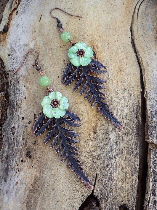 Серьги Цветок папоротника выполнены из медной фурнитуры, перламутровых цветов мятного цвета и бусин нефрита. Размер серег 8х2,5 см. Купить серьги цветок папоротника