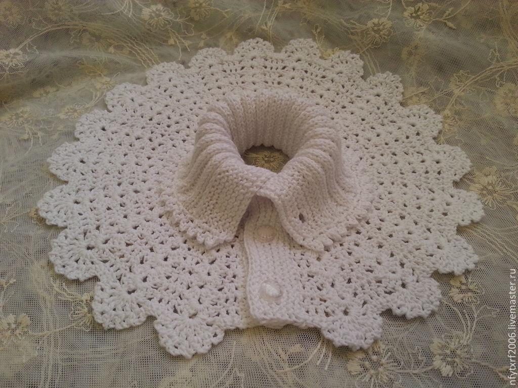 Женская манишка может приобрести вид ажурного воротника к платью, если в работе использовать более тонкую пряжу, а спереди сделать ее с пуговицами.