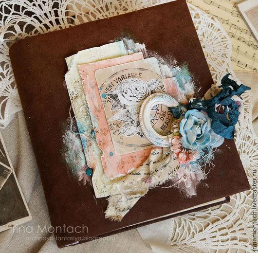 Обложка выполнена из искусственной замши приятного шоколадного цвета