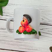 Кружки ручной работы. Ярмарка Мастеров - ручная работа Кружка с декором Ежик и яблоки. Handmade.
