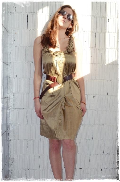 X_010 Платье на бретелях из ЮЛЫ золотисто-зеленое (оливковое) + ремень из натуральной кожи  с металлической латунной пряжкой, 100 %  дикий шелк.