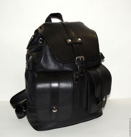 Удобный, прочный рюкзак «Эверест» сшит из плотной мягкой черной кожи крупного рогатого скота. Отделочные детали рюкзака выполнены из толстой гладкой кожи, так же черного цвета.