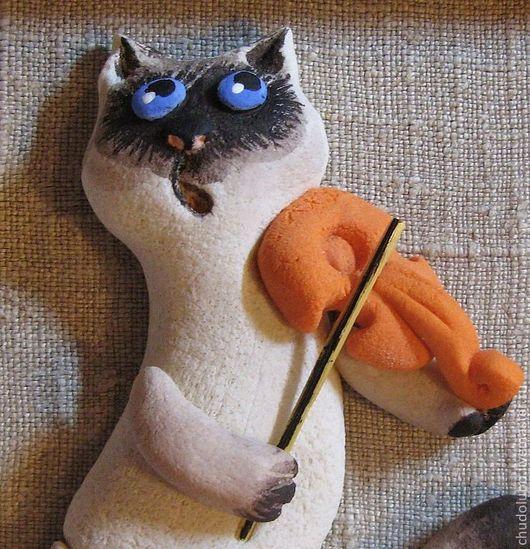 Кот-музыкант это панно для всех, кто любит животных, кошек, подарок на любой случай. Фон теплый серый лен. Работа прекрасно смотрится на стене любого цвета..