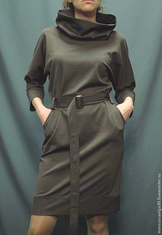 Платье из костюмного итальянского трикотажа джерси (вискоза 57%, нейлон 35%, лайкра 3%) с поясом на пряжке и трансформирующимся объемным воротником-хомутом. очень идет не только худеньким, но и дамам