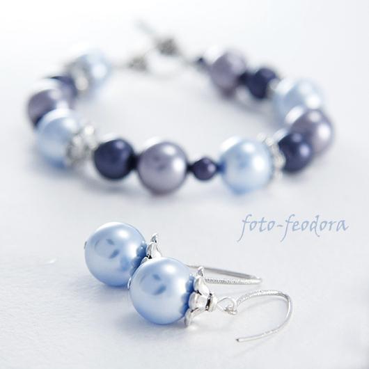 Узкий браслет из хрустального жемчуга Сваровски и чешского стеклянного жемчуга сине-голубых оттенков. В работе использована американская фурнитура Tierra Cast. В комплект серьги из хрустального жемчуг