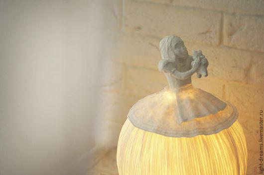 Светильник ручной работы из папье маше Алиса с котенком. Light Dreams.