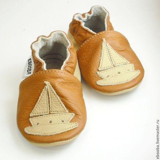 Кожаные тапочки чешки пинетки кораблик бежевый на коричневом ebooba