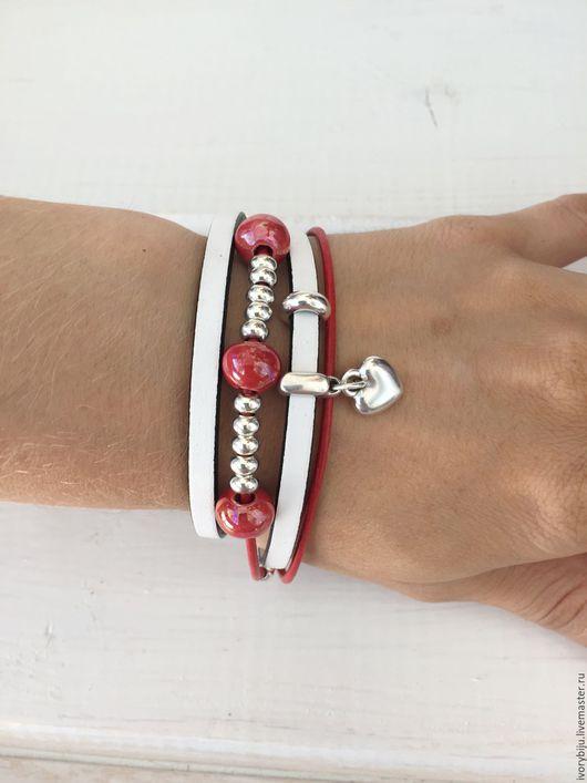 Браслеты ручной работы. Ярмарка Мастеров - ручная работа. Купить Кожаный браслет -намотка с керамическими бусинами, красно-белый. Handmade.
