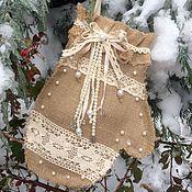 Подарки к праздникам ручной работы. Ярмарка Мастеров - ручная работа Варежка-рукавичка из мешковины Новогодняя. Handmade.