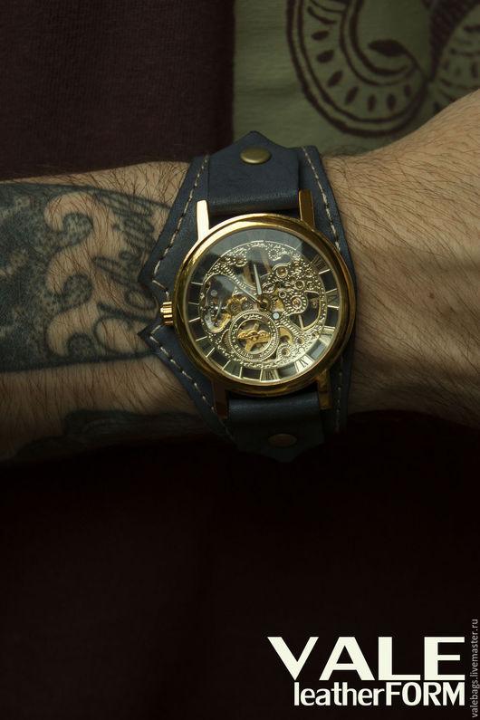 Часы наручные на браслете из натуральной кожи сине-серого цвета.