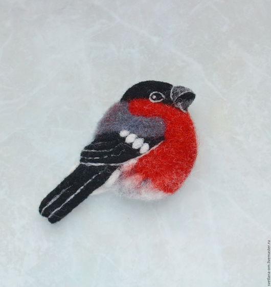 Снегирь. брошь снегирь, красивая птичка, яркая птичка, птица, птичка, брошь, брошка, брошь ручной работы, валяная брошь, валяная брошка, оригинальное украшение, серо-красный, красный