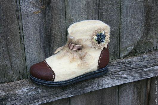 Обувь ручной работы. Ярмарка Мастеров - ручная работа. Купить Этно. Handmade. Белый, мода, валенки для улицы, войлок, латунь