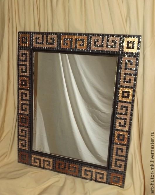 Зеркало `Золотое руно` в шикарной мозаичной раме выглядит достойно и внушительно.