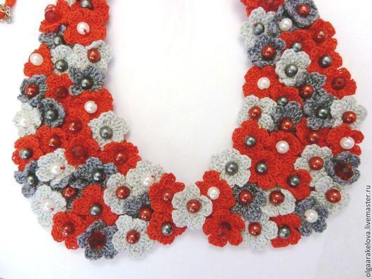 Маленький  аккуратный  съемный воротничок, украшенный крохотными вязаными цветами с бусиной в центре на фетровой основе связан крючком из тонкого хлопка завязывается на атласные ленточки.