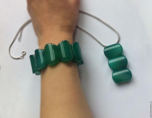 Можно дополнить браслет подвеской. Она может быть из одной, или нескольких бусин. Бусины соединяются посеребренным тросиком. Цена подвески оговаривается отдельно. Цепочка в комплект не входит.