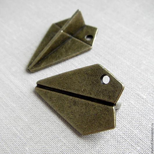 Фурнитура для украшений - подвеска для кулона, серег, браслета или брелока в виде сложенного из бумаги самолета. Подвеска объемная 3D. Размер самолета 3 х 2 х 1 см. Купить подвеску самолет