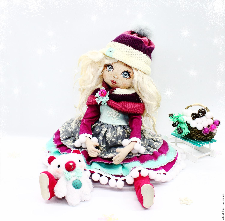 А вот и девочка-Зима во всей красе. Чем же она занимается? Конечно, собирает снежки в корзинку, чтобы потом их засолить. В этом ей помогает и мишутка.