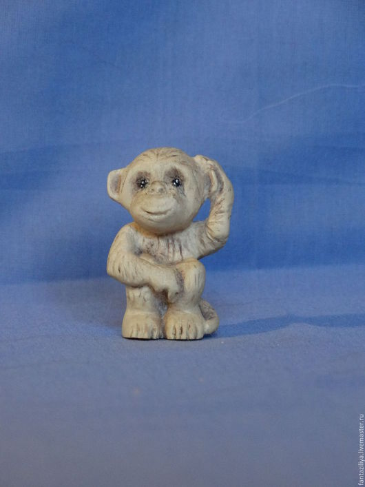 Миниатюра `Задумчивая обезьянка `