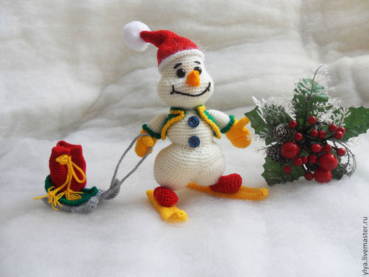 Новый год 2017 ручной работы. Ярмарка Мастеров - ручная работа. Купить Снеговичок с подарком связан крючком.. Handmade. Снеговик