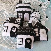 """Куклы и игрушки ручной работы. Ярмарка Мастеров - ручная работа Черно-белый мобиль из фетра на кроватку для новорожденного """"Домики"""". Handmade."""
