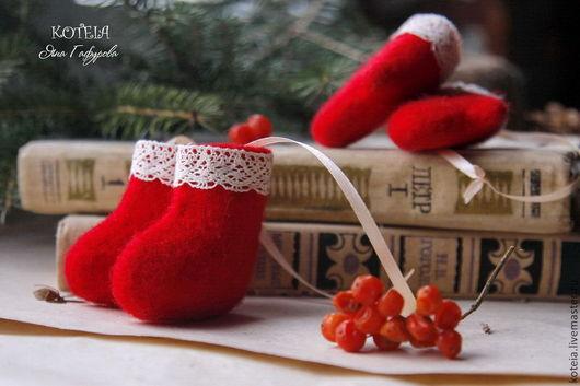 Новый год 2017 ручной работы. Ярмарка Мастеров - ручная работа. Купить Сувенирные валенки и рукавички. Handmade. Валенки, подарок на новый год