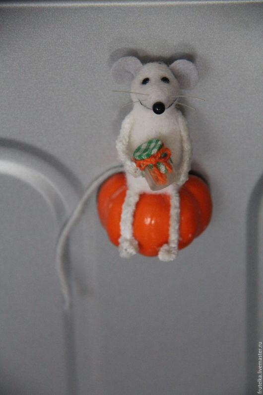 Магниты ручной работы. Ярмарка Мастеров - ручная работа. Купить Мышонок и тыква ( магнит на холодильник). Handmade. Разноцветный, мыши